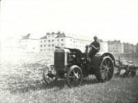 Traktor vor der Siedlung Sued-Ost, 1940 (Foto: Archiv Bezirksmuseum Favoriten)